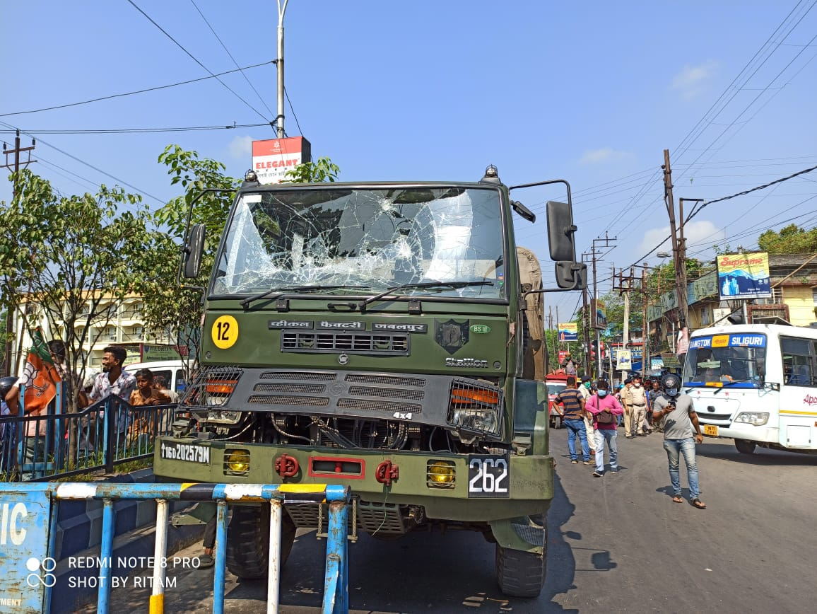Indian-Army-truck-hit-a-man-and-the-man-died-angry-local-people-mob-vandalised-the-truck-bengali-news-Sangbad-Bhaskar